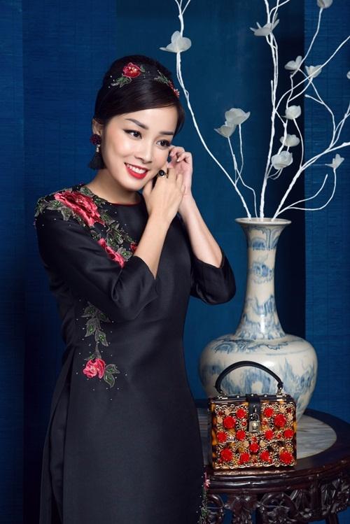 Minh Hương khoe vẻ nữ tính với áo dài hoa